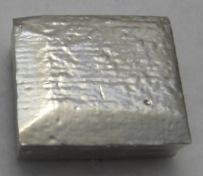 処理前のニッケル材をエスクリーンMY-28に浸漬することで、ニッケル表面を磨き、バリを取り、光沢を付与することができます