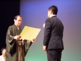 門川大作京都市長より表彰状を授与